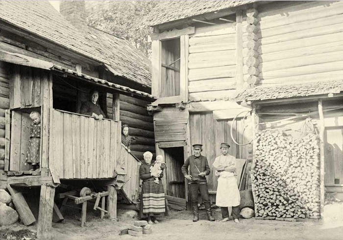 Во дворе собственного дома обычная семья позирует перед Самули Паулахарью.