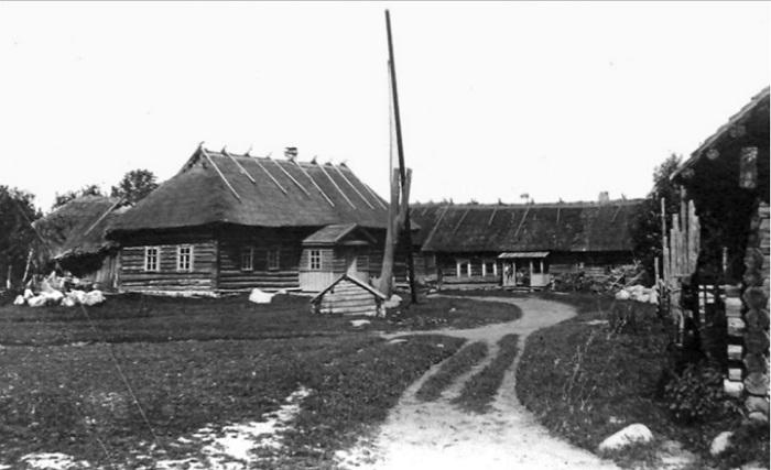 Крестьянские деревянные дома на Заозерье.