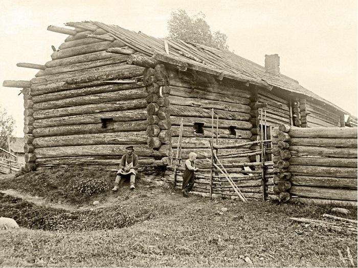 Необычное деревянное строение с узкими окнами - курная изба.