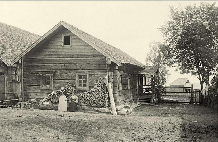 Изба рунопевца Онтроппа Мельникова с прилегающим двором.