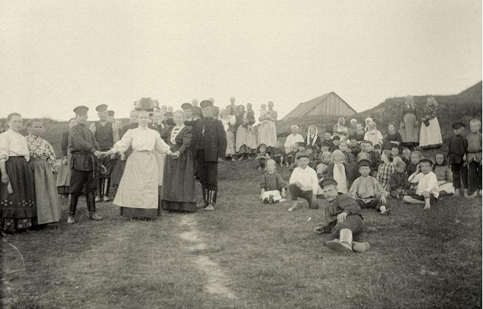 Все жители от мала до велика собрались на игровом поле.