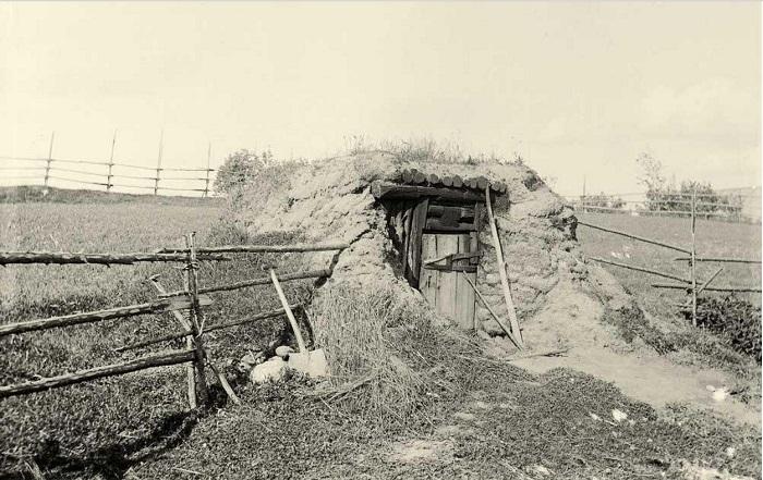 Вот такое небольшое строение в земле служило баней для жителей деревни. Веккелево, приход Токсова.