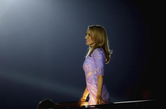 Австралийская певица не обладает пышными формами, но все же свою миниатюрную попу Кайли застраховала на сумму $5 млн.