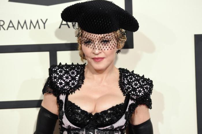 Королева поп-музыки планировала застраховать свой бюст на $20 млн, но ни одна компания не откликнулась на такое предложение и Мадонна застраховала свою грудь на $2 млн.