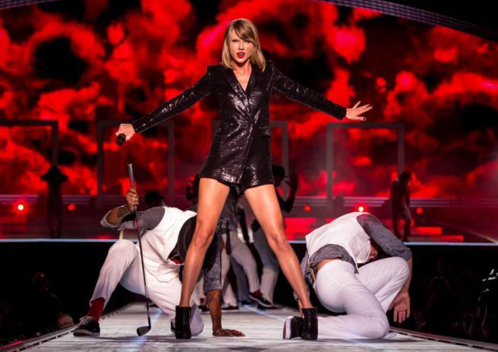 Тейлор Свифт настолько боится получить травму во время концерта и сорвать турне, что обратилась в страховую компанию, чтобы застраховать свои ноги. Теперь они стоят $40 тыс.