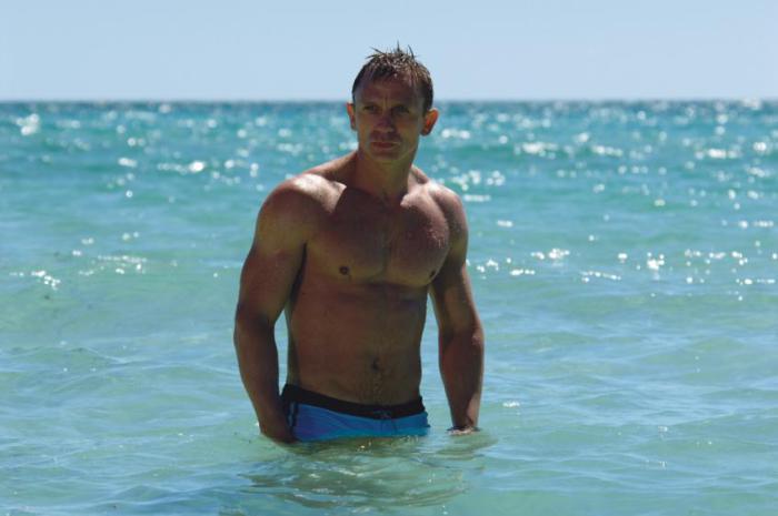 Джеймс Бонд, он же Дэниел Крэйг, во время съемки в фильме «Квант милосердия» застраховал свое роскошное тело на $9,5 млн. так как актеру предстояло выполнить несколько опасных трюков.