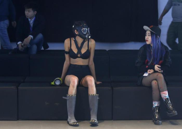 Модель, которая представляет коллекцию дизайнера Chi Zhang, отдыхает во время репетиции.