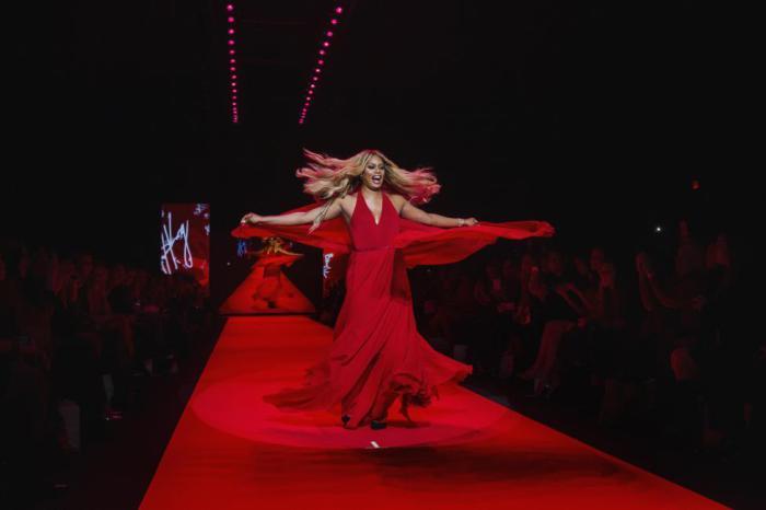 Шикарное красное платье было представлено на Неделе моды в Нью-Йорке, и этот выход был посвящен коллекции Go Red for Women Red Dress.