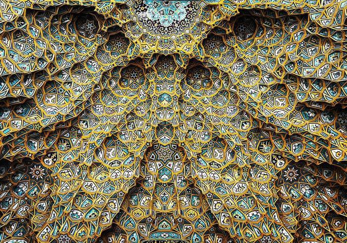Купол мечети покрыт сверкающим на солнце листовым золотом.