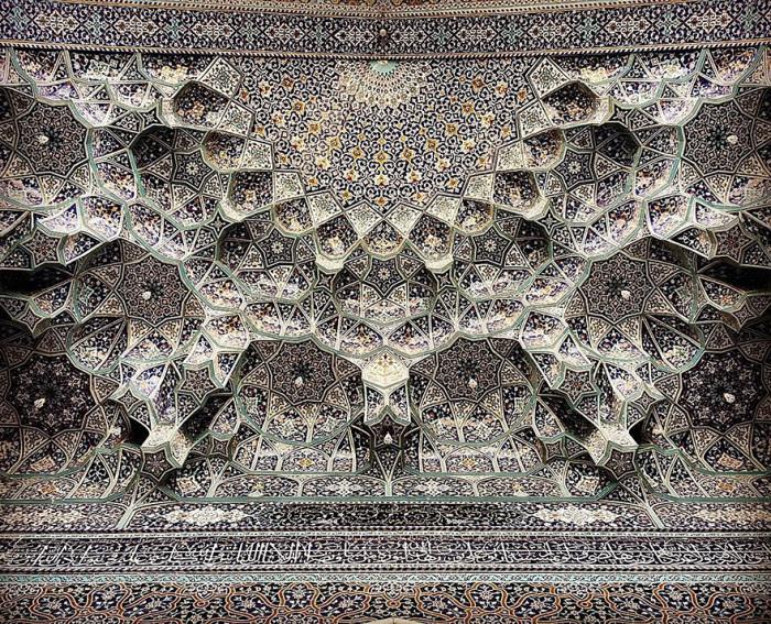 Потрясающий узор на потолке мавзолея.