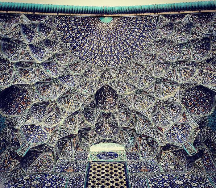 Строилось сооружение архитектором Мохаммадом Реза Исфахани по заказу Аббаса I.