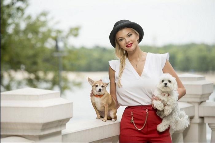 Дома у Ирины проживает симпатичная собачка Лилу, похожая на чихуахуа, и веселая мальтийская болонка Умка.