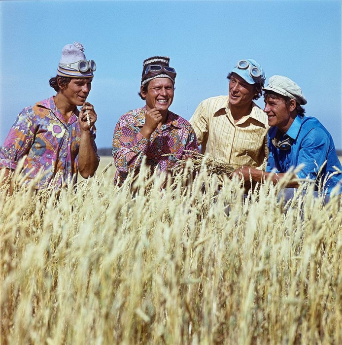 Хлеборобы проверяют качество зерна.