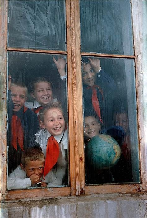 Счастливые мгновения советских пионеров.