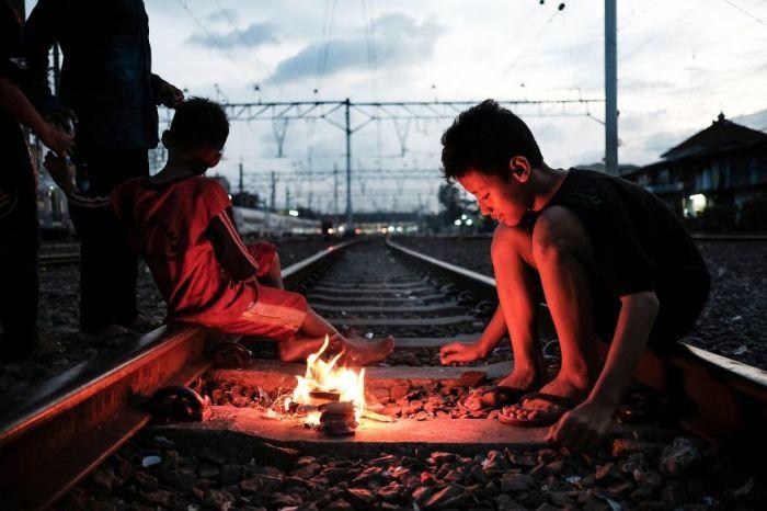 Из-за отсутствия у детей элементарных условий для игр, им приходится играть на действующей железной дороге.