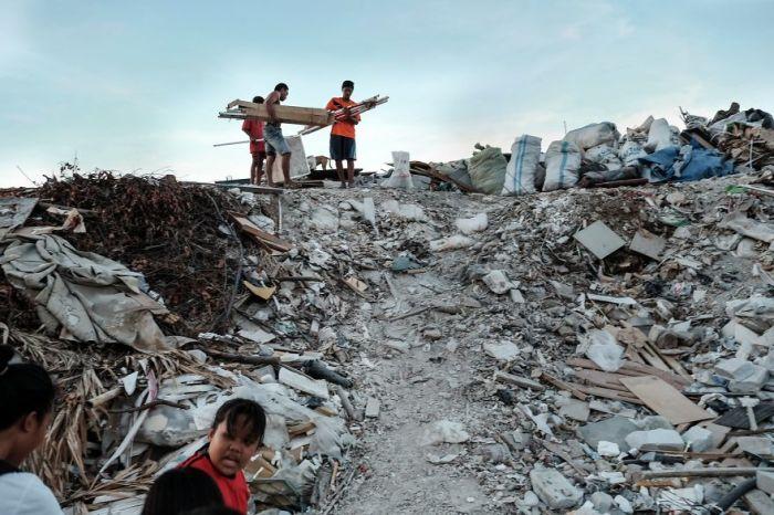Бедность, в которой живут люди, заставляет их собирать мусор для его дальнейшей переработки.