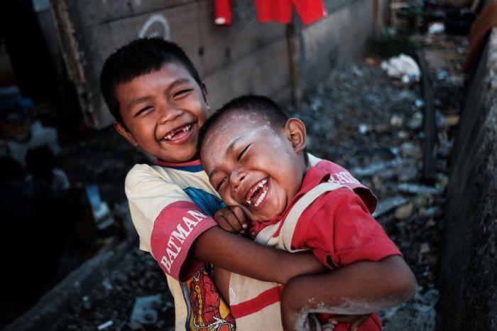 Веселые малыши играют возле своего дома, который расположен вблизи от железной дороги.