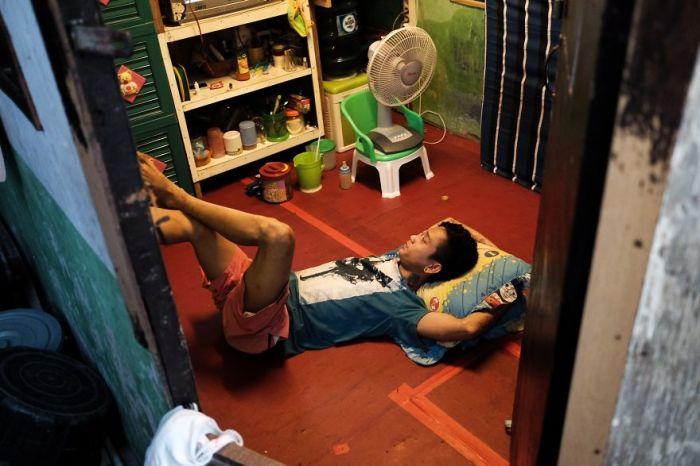 Отдых юноши в его скромном жилище.