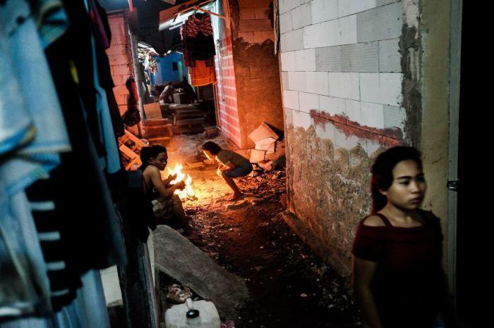 Обычный вечер детей из бедных районов Джакарты.