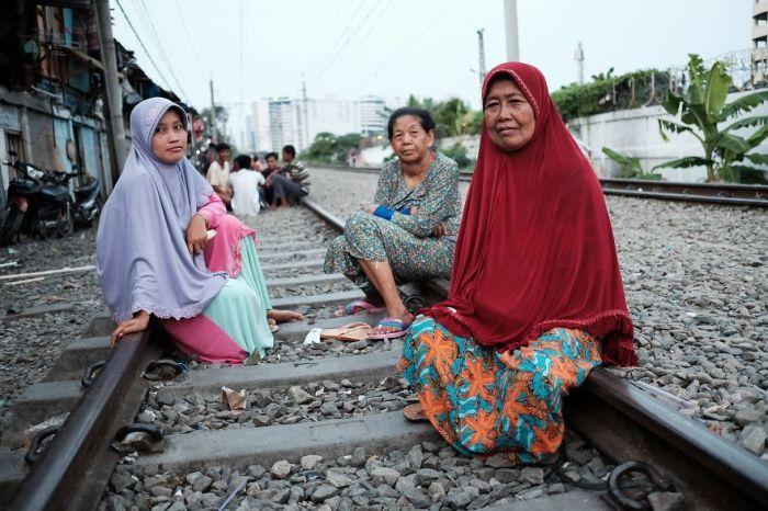 Женщины с удобством расположились на железнодорожных путях.