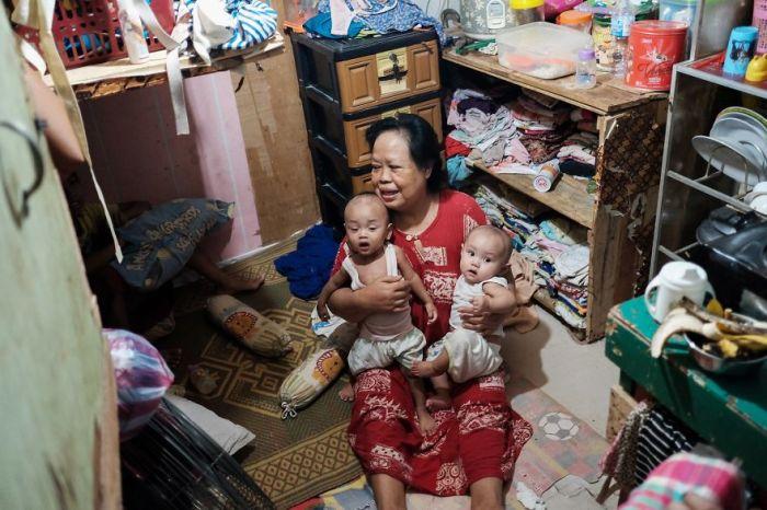 Женщина с маленькими внуками в антисанитарных условиях.