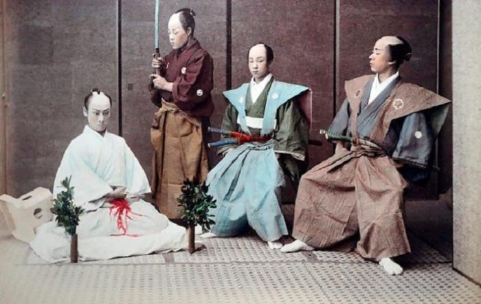 Испытывая презрение к смерти или защищая свою честь самурай совершает сеппуку.