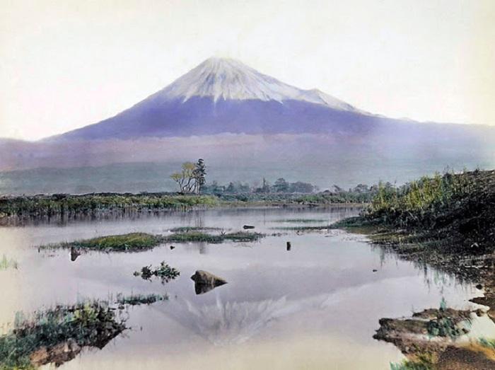 Священная гора Фудзияма, которая отражается в воде симметричным конусом вулканического происхождения.
