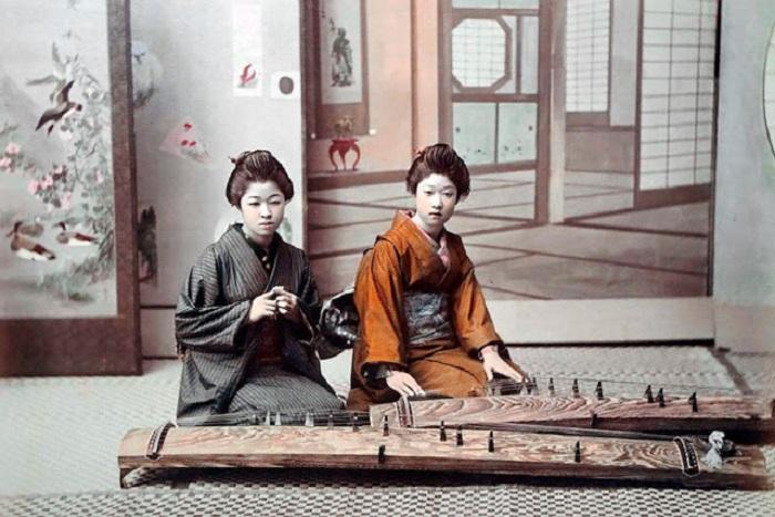Девушки обучаются игре на кото (японская цитра) — струнный щипковый музыкальный инструмент.