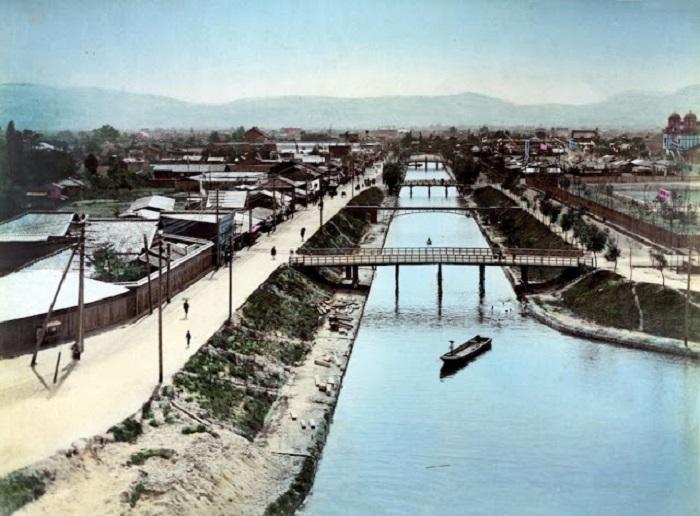 Небольшие деревянные мосты  построены через канал и соединяют два берега.