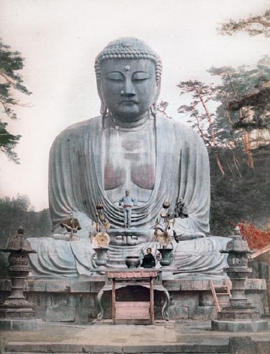Храм, где стоял Большой Будда был разрушен силами природы 3 раза, поэтому бронзовая статуя стоит на открытом воздухе. Камакур.