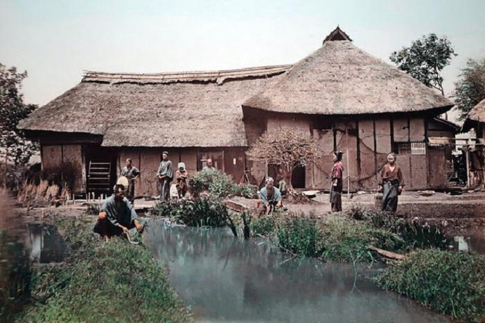 Возле хижины крытой соломой, крестьяне обрабатывают огород – единственный способ пропитания.