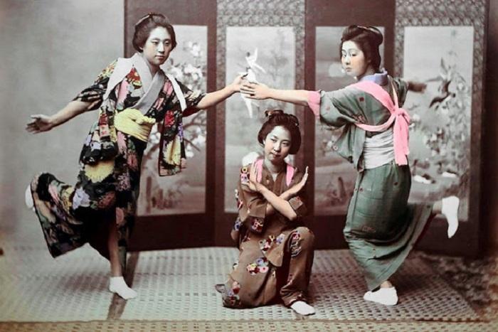 Девушки должны были уметь танцевать, для развлечения состоятельных гостей.