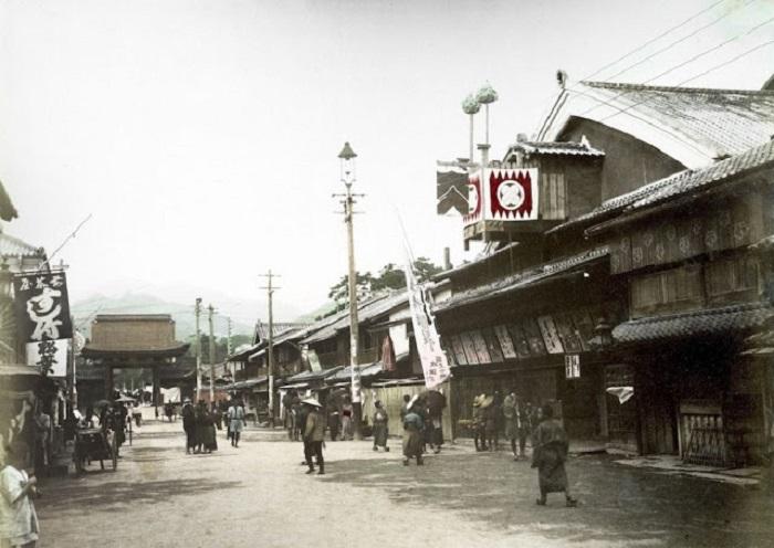 Небольшая улочка города с разными торговыми лавками.