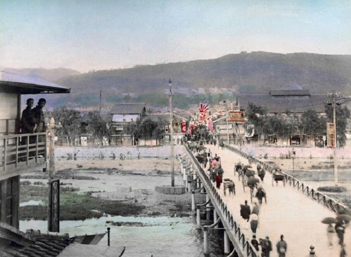 Мост, соединяющий берега реки Оигава.