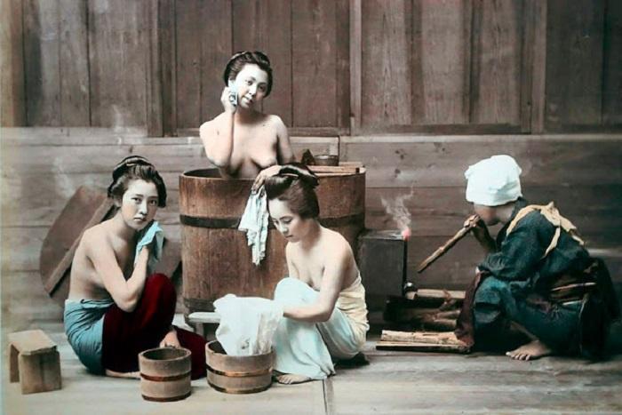 Девушки принимают горячие ванны с ароматическими маслами.