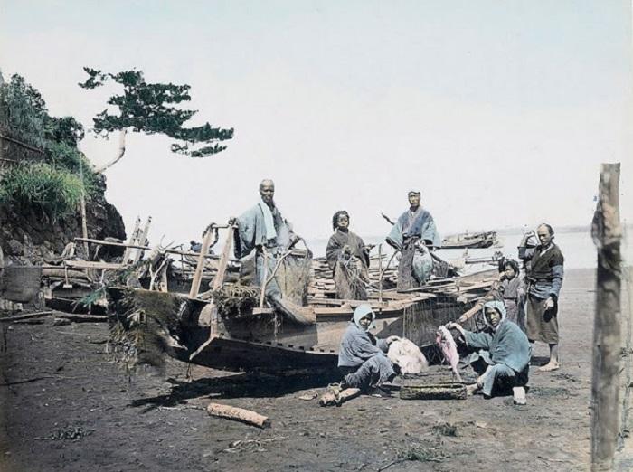 Рыбаки готовят лодку к отправке.