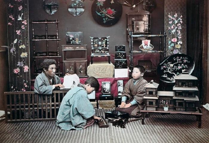 Торговец по продаже необычных вещиц и сувениров в ожидании покупателя.