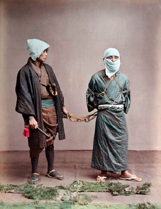 Мужчина,  связанный при помощи верёвки (искусство ходзёдзюцу), взят в плен.