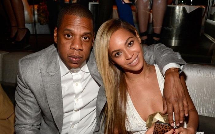 После 6-ти лет отношений американская R'n'B певица и известный рэпер перестали скрывать свою любовь от публики и поженились.