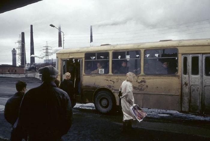 Автобусная остановка. СССР, Норильск, 1993 год.