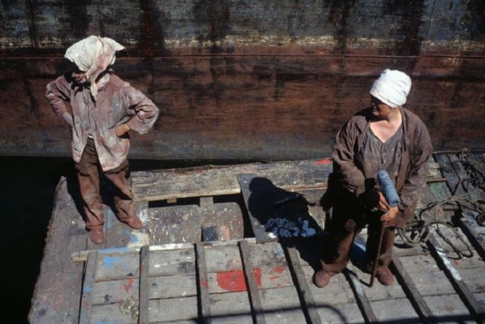 Женщины-маляры в речном порту. Красноярск, 1993 год.
