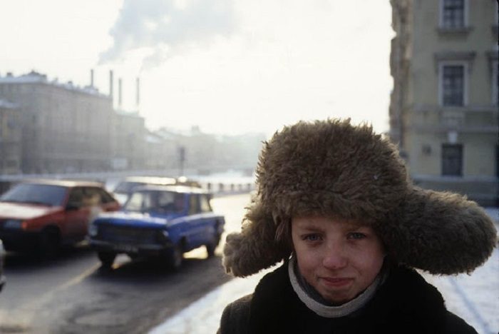 Мальчик на улице. Санкт-Петербург, 1994 год.