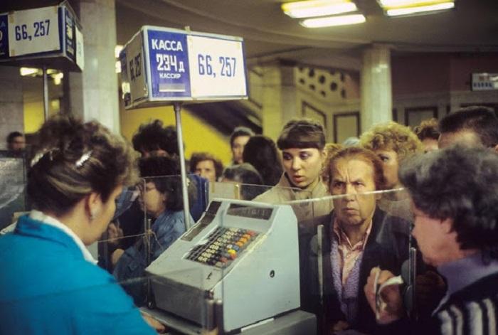 Очередь к кассе в универмаге Детский мир. СССР, Москва, 1991 год.