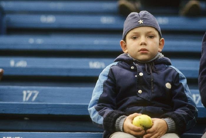 Мальчик на трибуне стадиона «Динамо».
