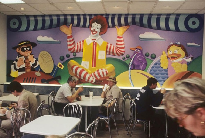 Необычный интерьер ресторана Макдональдс.