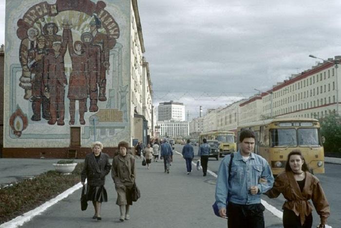 На одной из улиц города. СССР, Норильск, 1993 год.
