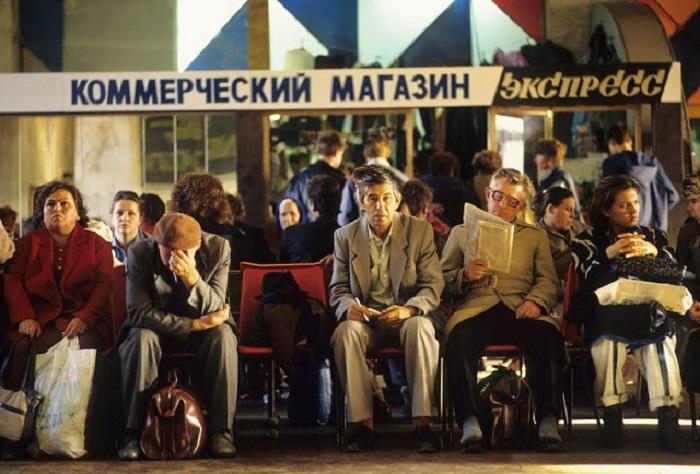 Зал ожидания на Белорусском вокзале. Москва, 1991 год.