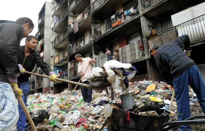 Когда мусора становится очень много, его убирают.
