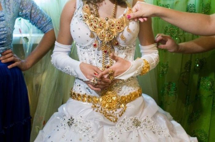 Шикарный наряд из-за большого количества золота весит больше десяти килограмм.