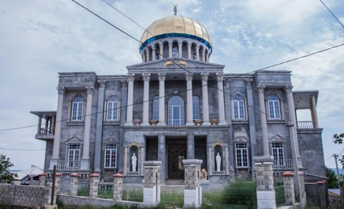 Местные жители замахиваются возводят даже копии всемирно известных памятников архитектуры.